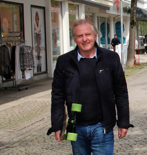 Heinz Schätzel mit Longboard