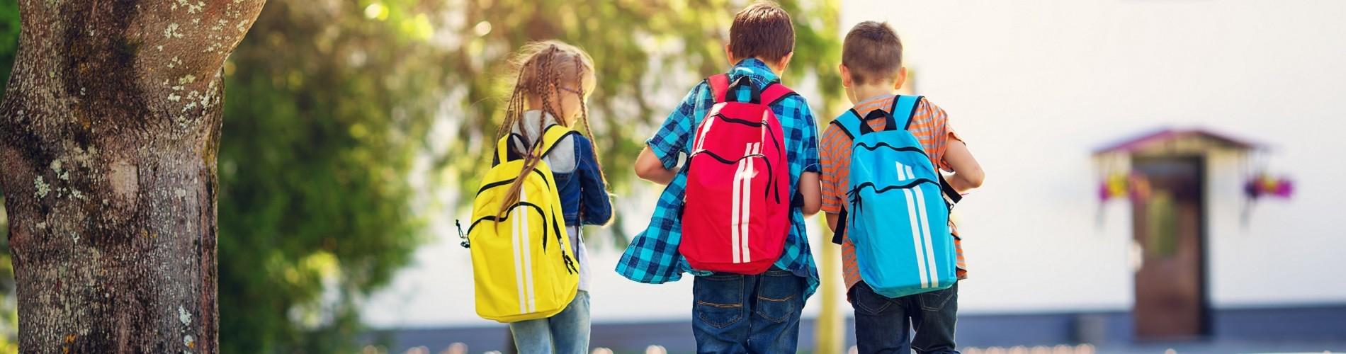 Kinder mit Rucksäcken